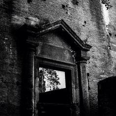 Mercati di Traiano, porta (ora finestra) dell'edificio della Grande Aula sul Giardino delle Milizie, foto di Marcello Grassi