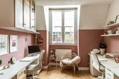 8 πανέμορφα ροζ γραφεία στο σπίτι, που θα σε βάλουν να βάψεις το δωμάτιο! #βαψιμο2021 #βαψιμοδωματιου #βαψιμοιδεες #γραφειοδωματιο #γραφειοσπιτιου #γραφειοστοσπιτι #δουλειααποτοσπιτι #ιδεεςδιακοσμησης #ροζ #χρωματοιχου #χρωματατοιχων ΑΝΑΚΑΙΝΙΣΗ Pink Office, Perfect Plants, Office Walls, Creative Business, Indoor Plants, Modern Furniture, Bristol Uk, Interior Design, Studio
