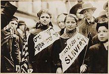 """""""Activistas jóvenes pidiendo la abolición de la esclavitud infantil en Estados Unidos a principios de 1900"""" [wikipedia]"""