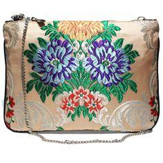 Bolso fallera® con detalles florales, realizados en tela de seda color beige, azul y rojo. fallera bag with floral pattern. #bag #clutch http://fallera.com/es/bolsos/bc00607-detail