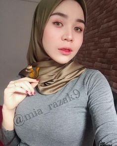 Comel x Tupai mia? Hijab Fashionista, Turtle Neck, Hot, Sexy, Pretty, Womens Fashion, Hijabs, Model, Muslim