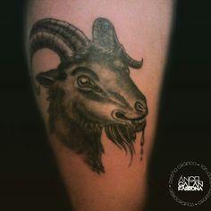 Tatuaje de cabra con cara de loca.