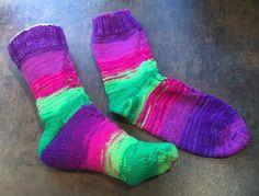 Socken stricken: Meine Dickerchen aus der Regia Fluormania sind fertig geworden. Endlich passen auch die Temperaturen ;). Jetzt nur noch Regia-Pfötchen aufbügeln und dann kann der Winter kommen.