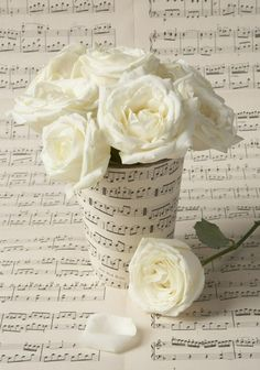 20 Wedding Ideas for Music Lovers - Pretty Designs Music Centerpieces, Wedding Centerpieces, Wedding Decorations, Wedding Ideas, Table Decorations, Music Themed Parties, Music Party, Sheet Music Crafts, Piano Recital