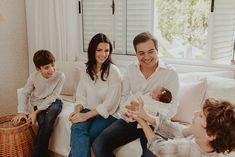 Ensaio Newborn Lifestyle em Curitiba | Recém-nascido em casa  Fotografia de família por Adrieli Cancelier Maria Claudia, Lifestyle, Couple Photos, Couples, About Family, Family Photography, Home, Pictures, Couple Shots