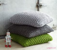 The most beautiful super chunky knitted pillow made with Phil Express. Get the Free knitting Pattern here! The most beautiful super chunky knitted pillow made with Phil Express. Get the Free knitting Pattern here! Knitted Cushion Pattern, Knitted Cushion Covers, Cushion Cover Pattern, Knitted Cushions, Chunky Knitting Patterns, Knitting Stitches, Free Knitting, Crochet Patterns, Simply Knitting