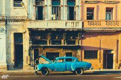Cuba - これまで、キューバでは革命の起きた1959年以前の車しか売買できないという法律がありました。だから、街中はクラシックカーだらけ。