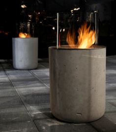 Bioethanol fireplace Jar Commerce by Planika. The coldness of concrete which contrasts nicely with fire, wood, grey fabrics and white walls creates not just modern edge, but natural warmth in the interior. Contemporary Outdoor Fireplaces, Modern Outdoor Fireplace, Outdoor Fireplace Designs, Modern Fireplaces, Fireplace Ideas, Bioethanol Fireplace, Concrete Fireplace, Dyi, Fire Pit Seating