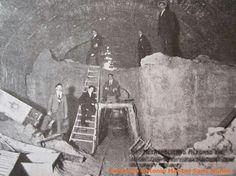 Construcción de la primera línea de Metro, bajo la calle Fuencarral. (Publicadas por Miguel Otamendi en 1918. Colección Antonio Manuel Sanz Muñoz. Fuente: http://antoniomachines.blogspot.com.es/2014/12/el-metropolitano-alfonso-xiii-la.html )