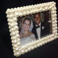 Babando nesse porta retrato 18x13cm. Enviamos para todo o Brasil aceitamos cartões #lamaisonclaire #presentesespeciais #portaretrato #perolas #cristais #artesanato #casamentoThiefe
