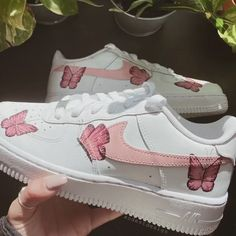 Custom Sneaker Customization Video By xodestdesign ♡ butterfly obsessed ♡ handpainted rather than sticker decals which are often sold by custom shoe accounts! know what you're buying 👀 Sneakers Mode, Custom Sneakers, Sneakers Fashion, White Nike Shoes, Nike Air Shoes, Converse Shoes, Custom Painted Shoes, Custom Shoes, Customised Shoes