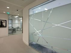 Vinilo ácido de diseño para cristal de oficina, consigue dar privacidad a la sala y separar ambientes. Presupuestos sin compromiso en www.objetivo3-0.com