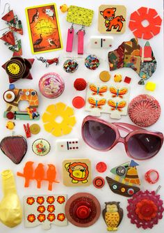 Wonderful Retro Collection Of Assorted Vintage Treasures / / Things Organized Neatly, Collections Photography, Pastel Grunge, Mini Things, Displaying Collections, Kitsch, Vintage Toys, Decorative Accessories, Objects