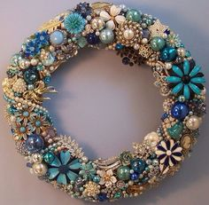 Vintage Jewelry Repurposed Elegant Christmas Wreath covered in Costume Jewelry, Pins, or Broaches! Love the Shades Of Blue and Pearls! Costume Jewelry Crafts, Vintage Jewelry Crafts, Vintage Costume Jewelry, Vintage Costumes, Vintage Jewellery, Handmade Jewelry, Artisan Jewelry, Recycled Jewelry, Victorian Jewelry