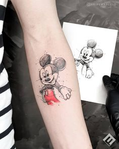Mickey Mouse tattoo inspo from Brazilian artist Click the link for more tattoos inspired by the wonderful world of Disney 🏰 Forarm Tattoos, Finger Tattoos, Sleeve Tattoos, Tattoo Geek, Doodle Tattoo, Hp Tattoo, Mickey Tattoo, Mickey Mouse Tattoos, Disney Tattoos Small