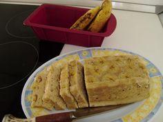 Mélanger le beurre et le sucre pour avoir une pâte onctueuse. Ajouter les oeufs, battre. Ecraser 3 bananes et les ajouter à la préparation. Battre encore. Ajouter la farine tamisée, la cannelle et la levure. Battre le tout généreusement.