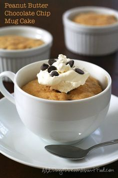 titled image (and shown): Peanut Butter Chocolate Chip Mug Cake Start the new year off right with a delicious low carb mug cake. It's ridiculously easy and it's peanut butter and chocolate. How can you go wrong? Peanut Butter Mug Cakes, Low Carb Peanut Butter, Chocolate Peanut Butter, Low Carb Sweets, Low Carb Desserts, Low Carb Recipes, Cake Mug, Keto Mug Cake, Mug Recipes