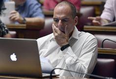 Yanis Varoufakis ve con desesperación a su pantalla del ordenador durante las conversaciones de crisis.  Foto: Getty