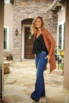Get these fit and flair jeans in a medium wash to pair with your favorite My Posey fringe boho sweater! Trouser Jeans Outfit, Flare Jeans Outfit, Jeans Outfit Summer, Spring Outfits, Southern Outfits, Country Outfits, Country Fashion, Boho Womens Clothing, Cute Outfits