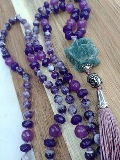 Japamala de 108 contas de pedras naturais - Cacoxenita de 6mm e Jade de 8mm, Meru em Quartzo, metais prateados e tassel acetinado. Meditação Entoar mantras é uma forma de meditação. Uma pessoa entoa o mantra repetidas vezes, em murmúrio ou em alto tom. A mente focaliza-se no conteúdo do man... Gemstone Jewelry, Beaded Jewelry, Handmade Jewelry, Beaded Necklace, Necklaces, Ideas Joyería, Stone Gold, Prayer Beads, Jewelry Crafts