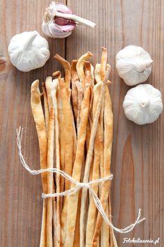 Włoskie paluszki chlebowe grissini o smaku czosnku. Mocno czosnkowe i chrupiące…