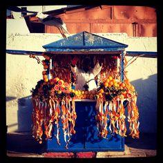 En el puerto de Essaouira, Marruecos.    Un puesto de venta de jugos de naranja...bizarra la deco, no?