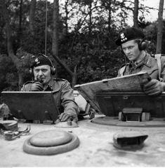 Gen. Stanisław Maczek (L), rtm. T. Wysocki podczas ćwiczeń 1 Dywizji Pancernej przed inwazją na kontynent. Scarborough, 07.1944. Fot. NAC