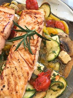 Ofengemüse mit Lachs Enjoy these top-rated grilled fish recipes outdoors this summer. Recipes include gingered honey salmon, tilapia piccata and even grilled fish tacos. Grilled Fish Recipes, Salmon Recipes, Meat Recipes, Chicken Recipes, Healthy Recipes, Salmon Food, Cake Recipes, Oven Vegetables, Salads