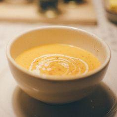 Essayez notre potage aux carottes, poires et gingembre. Notre astuce déco pour les soupes : ajouter un filet de crème et de la noix de muscade !