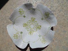 Barro blanco, cocido baja temperatura, y decorado con óxidos decor., y esmalte transparente.