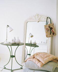 Filigraner Caféhaus-Tisch und Großer Spiegel