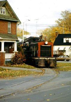Train in Oshawa, Ontario Railroad Pictures, Railroad Photography, Train Pictures, Electric Train, Old Trains, Train Engines, Model Train Layouts, Diesel Locomotive, Train Tracks