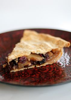 Winter fruit pie, a nice change for Christmas dinner. Spicy, sweet and amazing with vanilla ice cream! #Christmas #food #recipe
