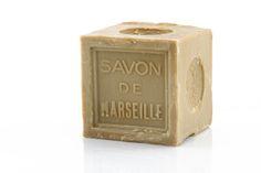 Le traditionnel savon de Marseille, qui se présente sous la forme d'un cube, fait partie de l'ADN de la cité phocéenne au même titre que la bouillabaisse ou les navettes. Mais un véritable savon de Marseille, car beaucoup sont de pâles copies, répond à une recette unique et pourtant si simple. Son secret réside dans la proportion de ses ingrédients : il contient 72 % d'huile d'olive et aucune graisse animale.