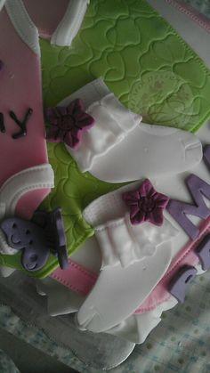 calcetitas en fondant Baby shower  https://www.facebook.com/MIMODESIGN.PASTELESCUPCAKES.MESAPOSTRESBOTANAS?fref=ts