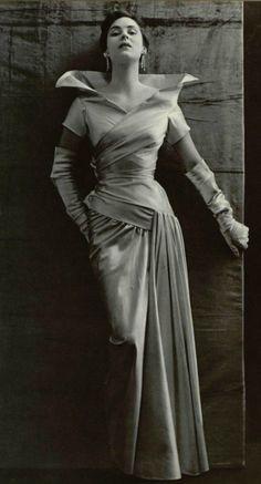 1950  Lanvin drape, pour cette robe au col cassé
