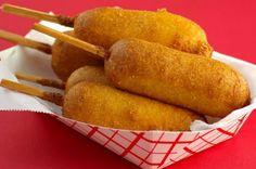 Corn dog: el perrito caliente empanado que se come como una brocheta