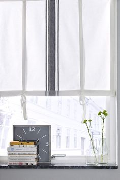 gray and white roll-up curtain