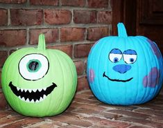 Disney Painted Pumpkin idea Monsters Inc with Mike and Sully Try one of these Disney painted pumpkins to wow your neighbors this Halloween! Disney Halloween, Humour Halloween, Theme Halloween, Diy Halloween Decorations, Halloween Pumpkins, Halloween Crafts, Sully Halloween, Pumkin Decoration, Halloween Labels