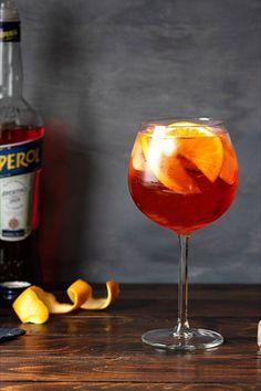 Η δροσιστική γεύση του κοκτέιλ Aperol Spritz τo κάνει ιδιαίτερα δημοφιλές ιδίως το καλοκαίρι. Φτιάξτε το με 3 διαφορετικούς τρόπους και βρείτε τον αγαπημένο σας! #aperol #spritz #απερολ #σπριτζ #κοκτέιλ #ποτό #απεριτίφ #καλοκαιρινό #δροσιστικό #πορτοκάλι Alcoholic Drinks, Wine, Food, Alcoholic Beverages, Meal, Essen, Hoods, Meals, Eten