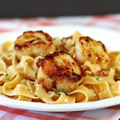 Tender sauteed sea scallops with Fettuccine dressed in heavy cream, sun dried tomatoes, parsley, garlic, onions and Parmesan cheese.