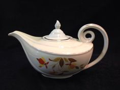 VINTAGE HALL SUPERIOR JEWEL T TEAPOT IN AN AUTUMN LEAF PATTERN. THE INSIDE RIM HAS MINOR FLEA BITES AND SOME OF THE GOLD TRIM HAS WORN OFF. COMES WITH WHAT IS PICTURED. 6H X 11W