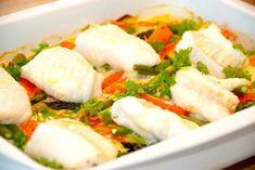 Lækker opskrift på fisk i fad med porrer og gulerødder. Du kan bruge brosme, torsk eller kuller, og sovsen laves med lidt hvidvin og fløde. Cod Recipes, Diet Recipes, Cooking Recipes, Healthy Recipes, Healthy Foods, Good Food, Yummy Food, Fish Dishes, Seafood