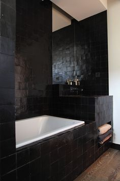 Du zellige noir pour une salle de bain masculine / Archi : ATELIER PREMIER ETAGE