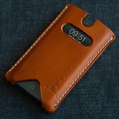iPhone Full grain veg tanned from Spanisch tannery. Leather Art, Leather Design, Leather Tooling, Iphone Leather Case, Leather Wallet, Support Ipad, Sacs Design, Leather Projects, Small Leather Goods
