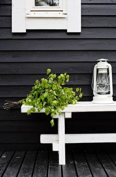 Tunnelmallinen rantamaja, jossa tehostevärinä on käytetty mustaa Outdoor Sauna, Sauna Design, Cosy Home, Summer Cabins, Garden Lanterns, Pergola Garden, Black Garden, Hacienda Style, Cottage Interiors