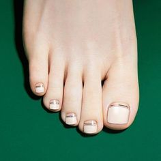 The advantage of the gel is that it allows you to enjoy your French manicure for a long time. There are four different ways to make a French manicure on gel nails. Pretty Toe Nails, Pretty Toes, Fun Nails, Pearl Nail Art, Pearl Nails, Toe Nail Designs, Nail Polish Designs, Nails Design, Nail Art Beige