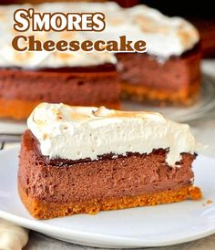 Smores Cheesecake - a favorite campfire treat in a decadent cheesecake! All the deliciousness of campfire smores in a very grown up, decadent dessert th - Köstliche Desserts, Delicious Desserts, Yummy Food, Summer Desserts, Plated Desserts, Yummy Yummy, Dessert Recipes, Yummy Treats, Sweet Treats
