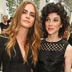 Pin for Later: Cara Delevingne et Annie Clark S'affichent au Défilé Burberry