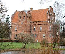 Hesselagergård, Fyn - Den nævnes i 1200-tallet som krongods i Kong Valdemars Jordebog. Johan Friis lod i årene 1538-1550 opføre den nuværende Hesselagergård, og gården blev i slægtens eje til 1682, hvor den blev frasolgt.